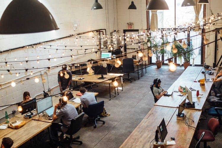 open space per lavorare con luci
