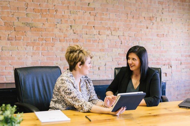 due donne durante un colloquio