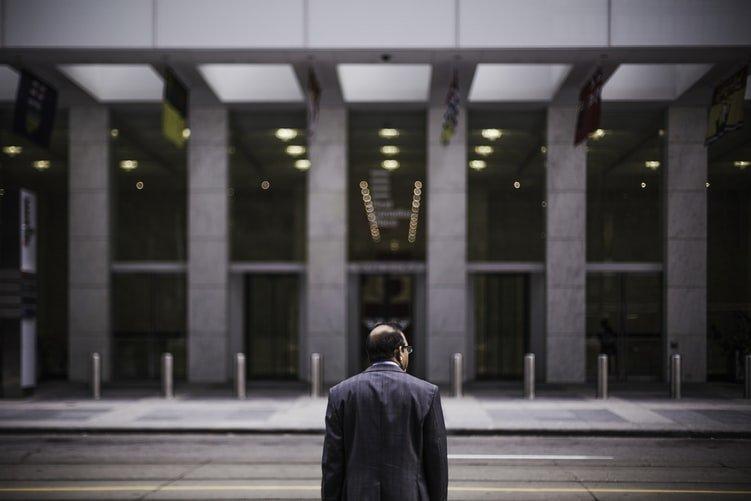 lavoratore davanti ad azienda chiusa