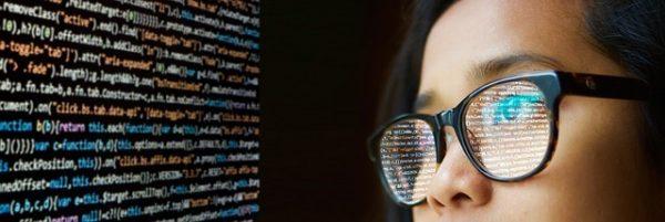 Ragazza con occhiali guarda codici start up